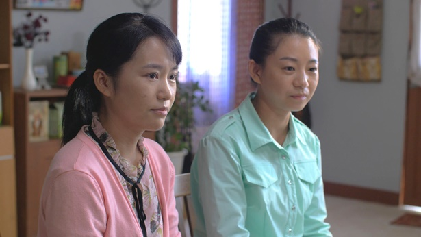 兩個姊妹在聽其他姊妹交通真理