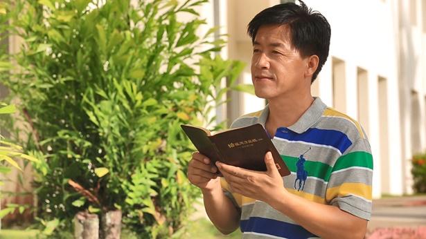 基督徒拿着神话语书籍看