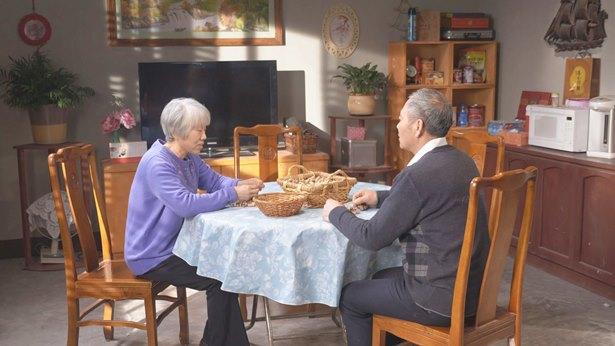 夫妻兩個人坐在客廳説話