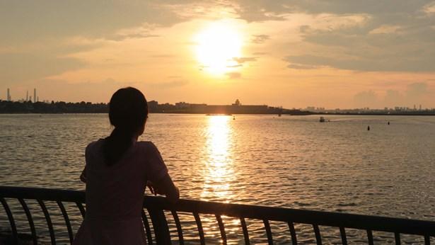 站在海邊看日落