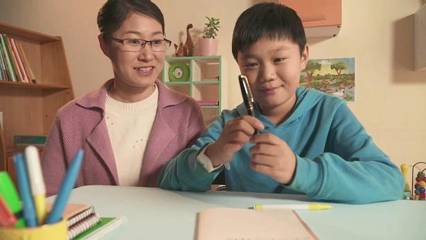 妈妈送儿子一支笔