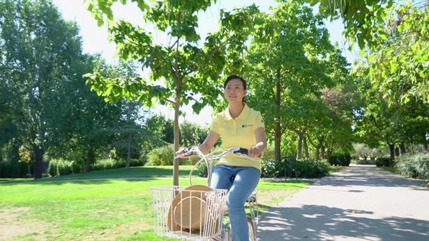姊妹骑自行车很开心