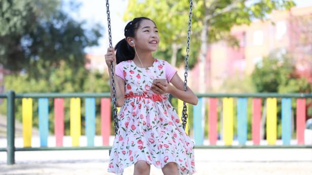 一个小女孩在开心的荡秋千