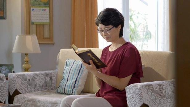 一個人坐在房間看書