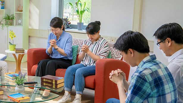 姊妹全家在一起祷告