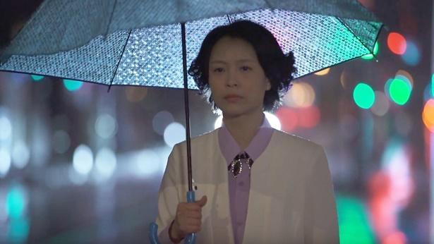 姊妹打着雨伞走在马路上