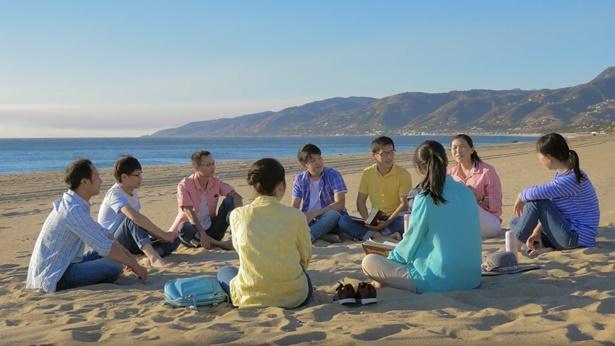几个弟兄姊妹一起在海边聚会