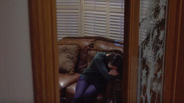姊妹坐在沙发上很伤心的哭